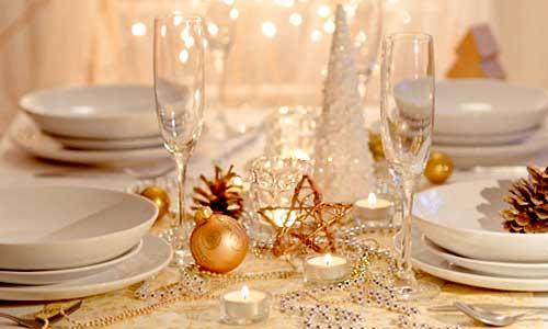 Жовто-біла сервіровка новорічного столу