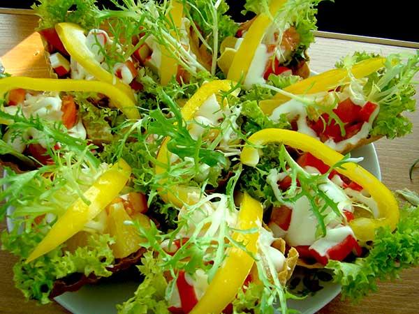 Салат в кошиках зі свіжим перцем